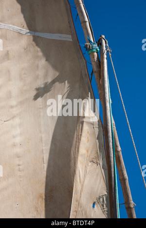 Nahaufnahme von dem Mast und Canvas Segel einer Dhau oder traditionellen Fischerboot - Stockfoto