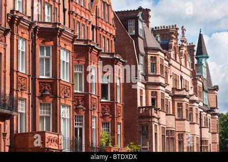 Queen Anne Stil holländischen Giebelhäusern Gebäude entlang Pont Street in Kensington und Chelsea London England. - Stockfoto
