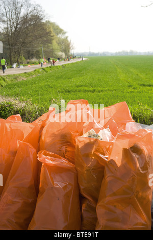 Volle Säcke Müll im Freien, Ergebnis der Bereinigung Bemühung - Stockfoto