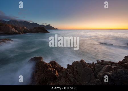 Stimmungsvolle Seestück mit Wellen Waschen über Felsen in Kogelbay - Stockfoto