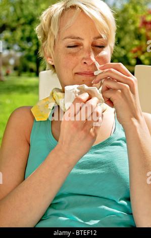 Frau, die eine Erkältung im Sommer - Stockfoto
