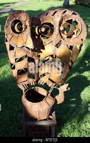 geschweißte Stahl Garten Skulptur der Eulen - Stockfoto