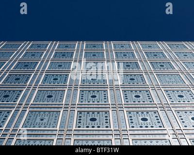 Außenansicht des hellen empfindlichen Fassade und Fenster in das Institut du Monde Arabe in Paris Frankreich Architekt - Stockfoto