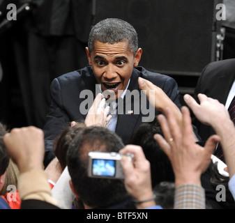 Präsident Barack Obama arbeitet das Publikum nach dem Gespräch bei einer Kundgebung Connecticut demokratischen Kandidaten - Stockfoto