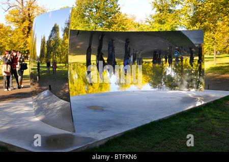 Besucher zu Kensington Gardens reflektiert Bilder von sich selbst in einem von Anish Kapoor Sky Spiegel C-Kurve - Stockfoto