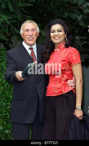 TV-Moderator und Komiker Bruce Forsyth und Frau Wilnelia Forsyth ankommen für Party in Carlyle Square, Chelsea - Stockfoto