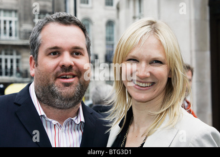 Radio-Moderatoren Jo Whiley und Chris Moyles außerhalb BBC Broadcasting House in London - Stockfoto