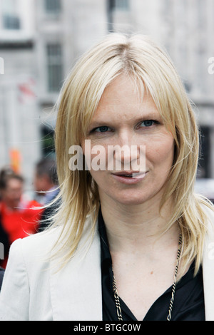 Radio-Moderator Jo Whiley außerhalb der BBC Broadcasting House in London - Stockfoto