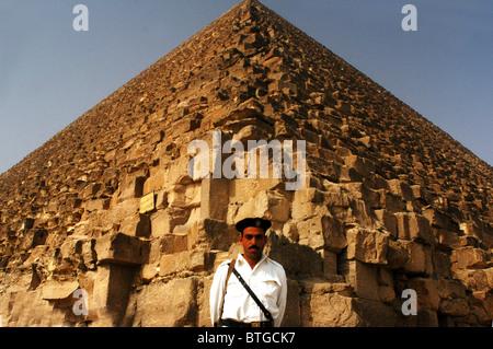Ägyptische Touristen-Polizei bewacht bei großen Pyramiden von Gizeh, Ägypten.  Cairo-Ägypten-Reise-Urlaub-Reiseziel - Stockfoto