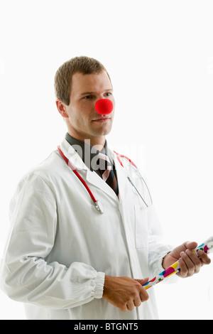 Arzt mit Stethoskop und Clownsnase - Stockfoto