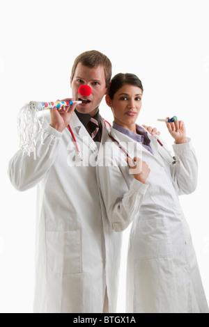 Männliche und weibliche Ärzte mit Party Spielzeug - Stockfoto