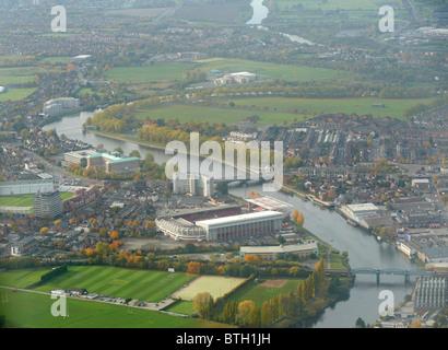 Blick entlang dem Fluss Trent in Nottingham, East Midlands, UK, übrig Notts Wald Fußballverein dominant mit Trent - Stockfoto