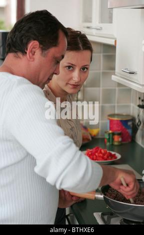 Frau Küche mit Mann - Stockfoto