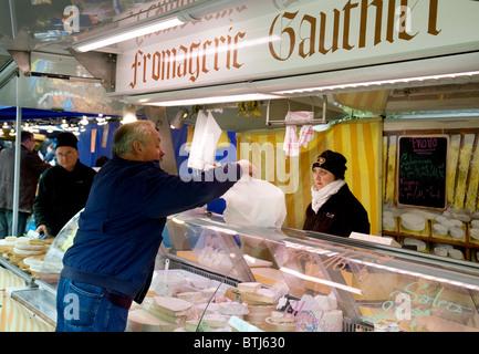 Einkauf für Käse in einer Fromagerie (Käse-Stall), Coulommiers Stadt Straße Markt in der Nähe von Paris, Ile de - Stockfoto