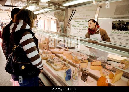 Frauen für Käse in einer Fromagerie (Käse Stall) einkaufen, Coulommiers Stadt Straße Markt in der Nähe von Paris, - Stockfoto
