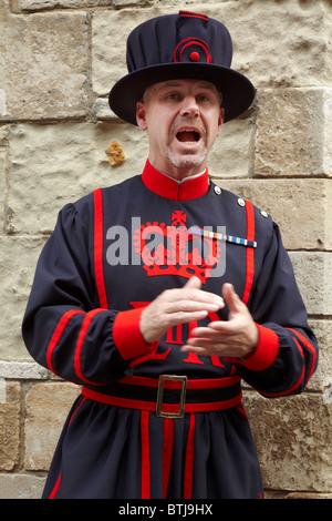 "Yeoman Warder oder ""Beefeater"", Tower of London, London, England, Vereinigtes Königreich - Stockfoto"