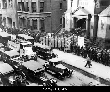 Arbeitslose Männer in der Schlange vor einem Tiefstand-Ära Chicago ...
