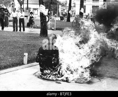 Ein junger Mönch verbrannte sich in Saigon Marktplatz, um religiöse Politik der Regierung zu protestieren. 1963 - Stockfoto