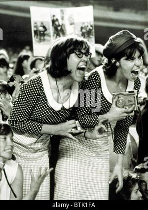 """BEATLES FANS schreien bei einem Konzert im Shea Stadium, NY, 15.08.65, anzeigen, was heißt, """"Beatlemania"""". - Stockfoto"""