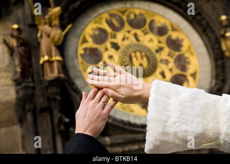 Händen der frisch verheiratete auf Uhr Hintergrund an der Wand des Altstädter Rathaus in Prag, Tschechische Republik - Stockfoto