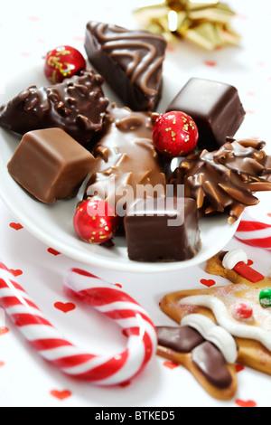 eine Mischung aus leckeren Lebkuchen Sortimente in Schokolade bedeckt - Stockfoto