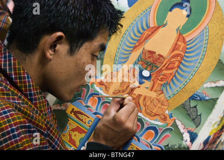 Ein Student an der School of Fine Arts üben seine traditionellen Malerei, Thimphu, Bhutan - Stockfoto
