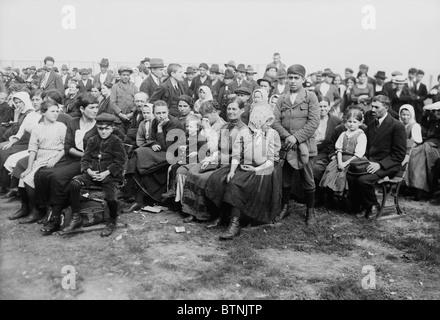 Vintage Foto ca. 1907 von Einwanderern, die auf Ellis Island in New York verarbeitet werden. - Stockfoto