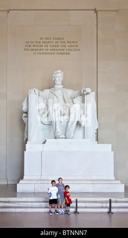 Washington DC - Sep 2009 - Touristen posieren für Fotos vor der Skulptur am Lincoln Memorial in Washington, D.C. - Stockfoto