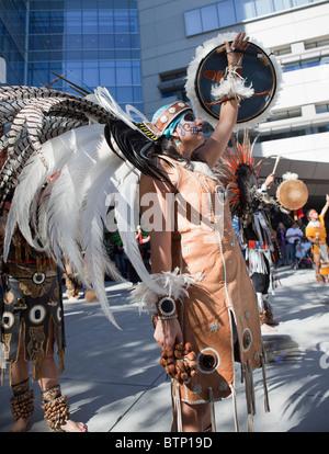 Aztekische Ritual bei der 2010 Día de Los Muertos-Festival in San Jose, Kalifornien. - Stockfoto
