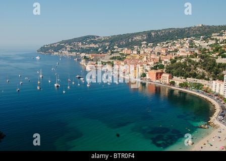 Frankreich, Villefranche-Sur-Mer, Blick über Strand und Altstadt - Stockfoto