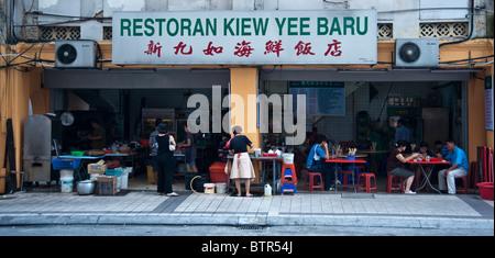 Vorderansicht des Restaurant Kiew Yee Baru Kuala Lumpur Malaysia Diners in den offenen Forntage zeigen. - Stockfoto