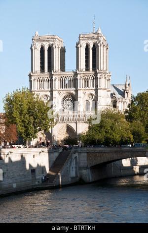 prächtigen Westfassade der Kathedrale Notre Dame erhebt sich über Petit Pont & Seineufer gesehen vom linken Ufer - Stockfoto