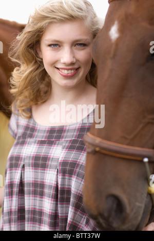 Porträt einer jungen Frau mit Pferden - Stockfoto