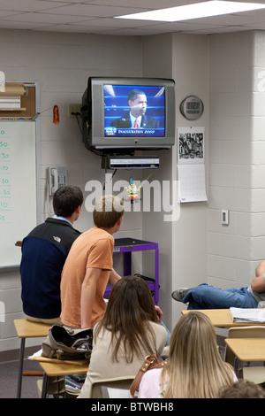 Männliche und weibliche Studenten sehen Barack Obamas Amtseinführung im Fernsehen während des Unterrichts an einer - Stockfoto