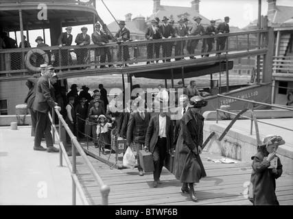 Vintage Foto ca. 1907 von Einwanderern, die von einem Schiff auf Ellis Island in New York aussteigen. - Stockfoto