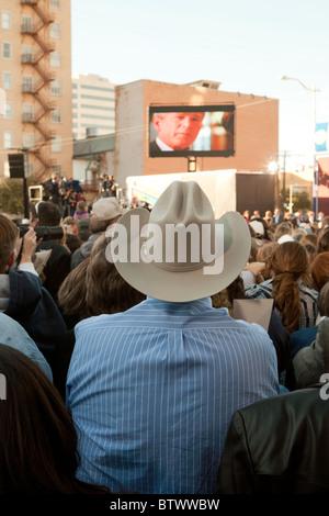 Publikum beobachtet großen Monitor zeigt video Hommage an w. während Heimkehr Rallye für den früheren Präsidenten - Stockfoto