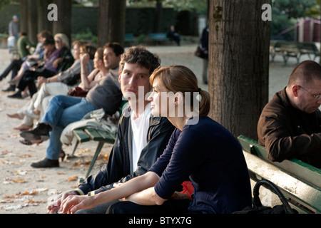 junges Paar Liebhaber auf einer Bank im Park der Kathedrale Notre-Dame in schönen Nachmittag leichte auf schönen - Stockfoto