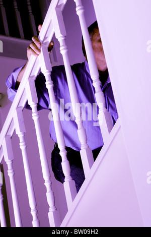 Mann, Treppensteigen, hand aufs Geländer Gesicht versteckt - Stockfoto
