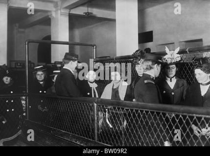 Vintage Foto ca. 1907 weibliche Einwanderer auf Ellis Island in New York verarbeitet wird. - Stockfoto