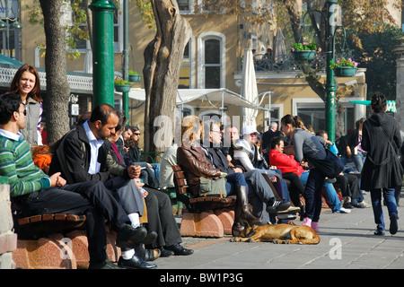 ISTANBUL, TÜRKEI. Ein Wochenende-Szene auf Iskele Meydani im Bosporus Stadtteil Ortaköy, Besiktas Bezirk. 2010. - Stockfoto