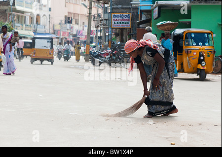 Indische Frau fegt die Straßen in Puttaparthi, Andhra Pradesh, Indien - Stockfoto
