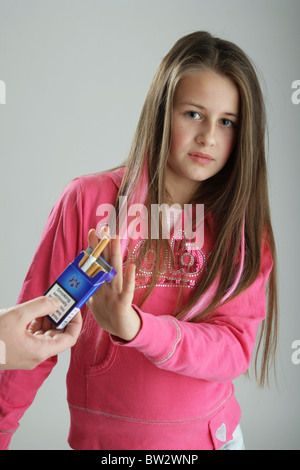 Zehn Jahre altes Mädchen eine Packung Zigaretten wegzustoßen. - Stockfoto