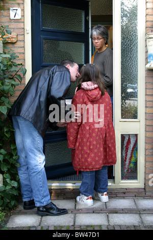 Geschiedener Vater Kind Abwurf bei Eingangstür - Stockfoto