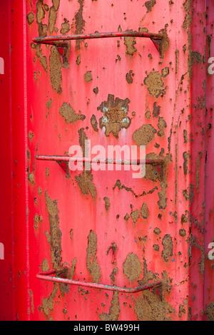 Metallischen Leitern auf roten Behälterwand - Stockfoto