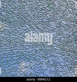 In der Nähe von Broken Glass window Panel als abstraktes Muster Hintergrundbild bläulichen Himmel und wenig Wolken - Stockfoto
