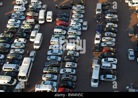 ISTANBUL, TÜRKEI. Einen erhöhten Blick auf einen sehr überfüllten Parkplatz im Stadtteil Beyoglu. 2010. - Stockfoto