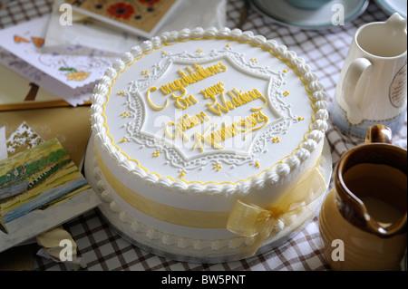 Goldene Hochzeit Kuchen Zu Feiern 50 Jahre Der Ehe Stockfoto Bild