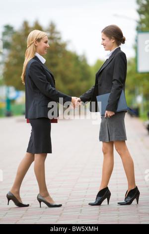 Foto von Partnerschaft - Geschäftsfrauen Händeschütteln bei treffen - Stockfoto