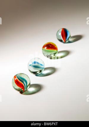 Bunte Murmeln in verschiedenen Farbtönen mit absichtlich lange Schatten - Stockfoto