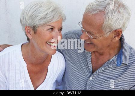 Älteres paar lächelnd zu einander - Stockfoto